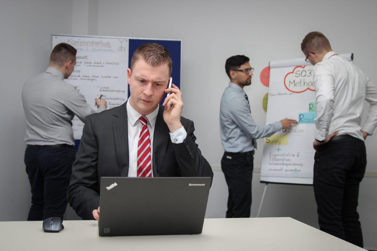 צוות ניהול משבר בתקשורת בחדר ניהול משברים