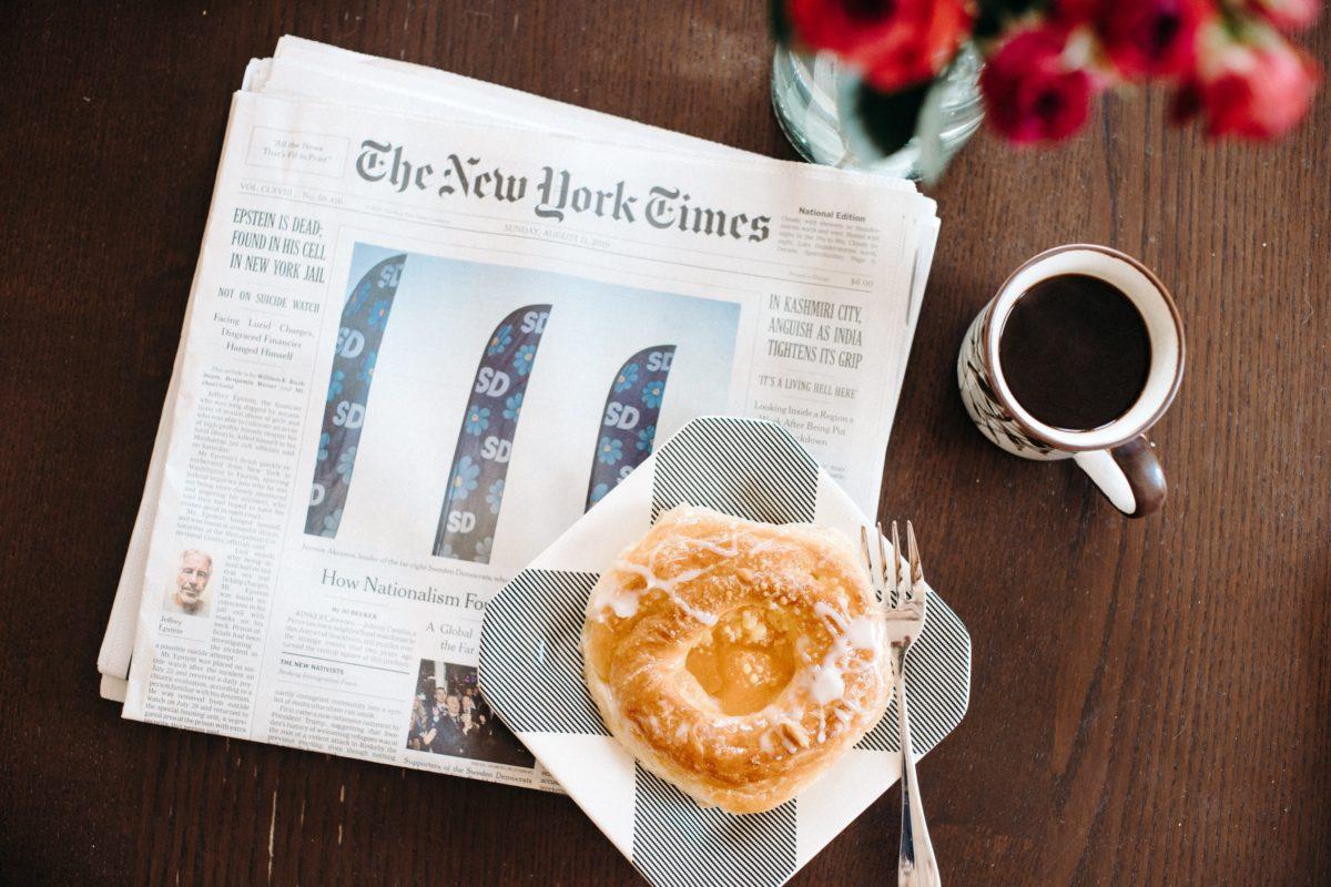תמונה של עיתון הניו יורק טיימס, כוס קפה ומאפה